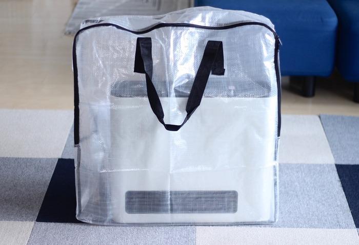 片手で持てるヒーターのようなものなら、こんな風に持ち手付きのバッグに入れてもOK。こちらはIKEAのジッパーバッグですが、半透明なので中身もわかりやすく、サーキュレーターやアイロン、ミシンなどを入れても良さそうです。