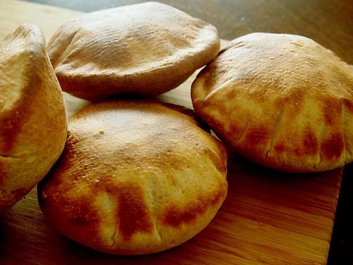 二次発酵の必要がないピタパンはパンづくり初心者さんにも挑戦しやすいメニュー。中が空洞に膨らむので、「ポケット」部分に具を入れたピタサンドができます。全粒粉を使ってヘルシーに作ってみては?