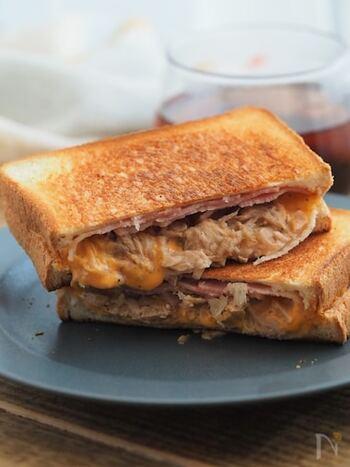 フライパンで作れるホットサンドです。うまく焼くポイントは、中に具材を入れすぎない・火力を弱火にして焼くこと。パンからとろ~り溶けたチーズは、きっと朝を特別な気分にしてくれるはず!具は、好みでアレンジしても◎。朝ごはんにピッタリなパンのワンプレート。