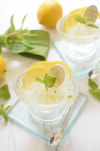 グラニテは、フランス料理のコースでお口直しとして食べる氷菓のこと。こちらのレシピは、レモンの果汁と皮を両方使用し、グランマルニエ(オレンジ・リキュール)を加えて爽やかな大人の氷菓に仕上げています。涼しげな見た目とさっぱりとした味わいが暑い季節にぴったり。