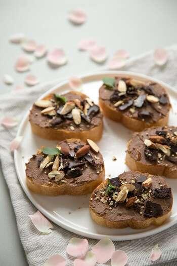 味付け次第でデザートにもなるフムス。ガーリックは使わず、ココアパウダーやはちみつでチョコレート味に仕上げています。生姜を入れてほんのりスパイシーに!