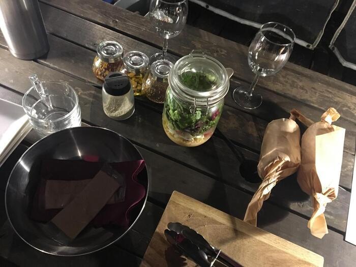 ジャーサラダやマリネ、バゲットなど、どれもおしゃれでワクワクするお料理ばかり。ワイングラスも用意されているので、グラスを片手にゆったりお料理と会話が楽しんでみませんか?