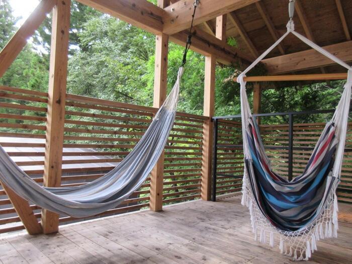 2階のテラスにはハンモック。風を感じながら揺れに身を任せていたらついついウトウトしてしまいそう。自然の中でお昼寝というのもグランピングの楽しみではないでしょうか?