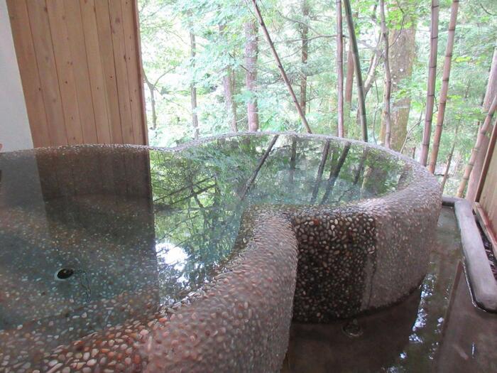 1階には天然温泉の露天風呂も。浴室からは川のせせらぎも聞こえてきますよ。温泉好きの方も満足できるグランピング施設です。