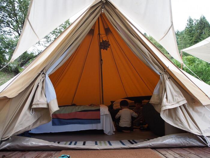 居住用のテントのほかに、タープが張ったスペースがあり、そこでバーベキューなど食事が楽しめます。