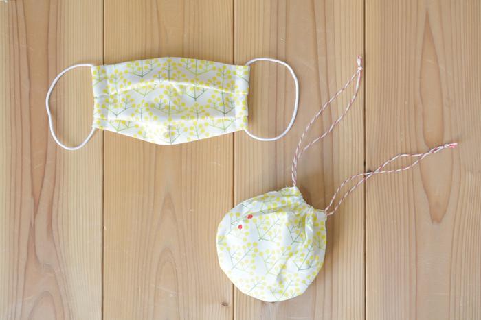 白地に黄色のお花が爽やかな印象のマスク。立体プリーツにすると、息をするのが楽になりますよ!型紙不要ですぐに作れるのも、嬉しいポイント。マスクをしまう袋も一緒に作ると、より便利に!