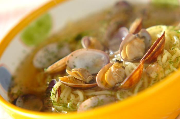 あさりで出汁を取ったスープはラーメンにもぴったり。素材本来の塩気が利いて、シンプルな味付けでも深い味わいになります。仕上げにアオサをたっぷりかければ、風味がさらに増しますよ。