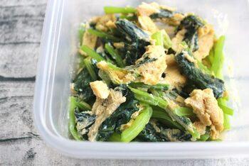 ラップで包みレンチンでしんなりさせた小松菜をカットし、溶き卵と調味料を加え混ぜ耐熱容器に入れて再度加熱するだけ。コンロがふさがっていたり、忙しい朝でも時短で作れる簡単な1品です。彩りがいいのでお弁当にも◎