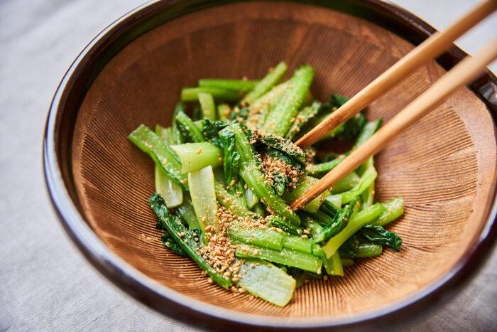 小松菜のごま和えは、定番の小鉢。茹でた小松菜をすりごまと醤油で和えるだけなので簡単!茹でる際は、茎と葉を時間差で入れ、水気をしっかり絞るのが美味しく作るポイントです。