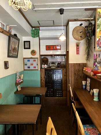 レトロでカラフルな雑貨が飾られた現地のカフェにいるような気分。下町ならではの空気感もお店の雰囲気と絶妙にマッチしています。