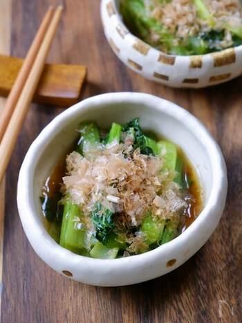 小松菜のおひたしは、鍋でお湯を沸かして茹でるのが一般的ですが、こちらのレシピは調味料と一緒に電子レンジで加熱するだけなので簡単です。仕上げにかつお節を振りかければ定番おひたしのできあがり!