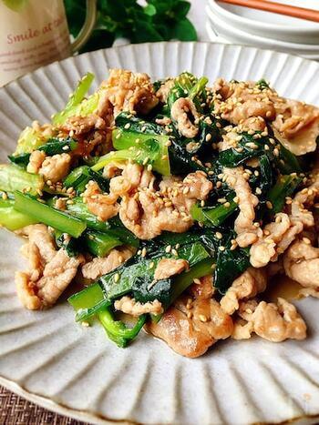 お手後な豚こま肉と小松菜のスタミナ炒めです。材料を炒めて、合わせ調味料を加えるだけなので簡単!最後に水溶き片栗粉でとろみをつけることで、全体に味がからんで美味しさアップ!