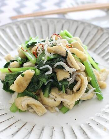 小松菜にちりめんじゃこと油揚げを組み合わせた副菜。白だしで味つけした、ほっとする味わいです。
