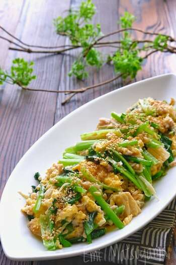 フライパンに、鶏ひき肉→えのき→小松菜の順に加えて炒め、白だしベースで味付けします。溶き卵にマヨネーズを加えるのがふんわり仕上げるポイントです。