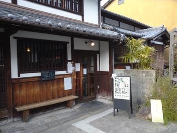 カナカナは、JR、近鉄奈良駅の風情ある町屋家屋が軒を連ねている「ならまち」にあるカフェレストランです。町屋建物を利用した外観は、周囲の古い景観とよく調和しており、私たちがイメージする「古民家カフェ」そのものです。