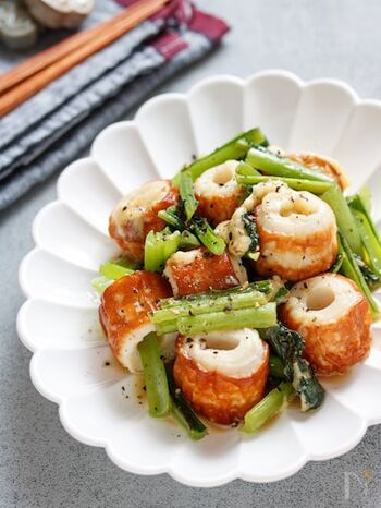 小松菜は洋風のアレンジもおすすめ。粉チーズとペッパーを振って、醤油を少々加えて味を調えます。ちくわを大きめに切ることで食べ応えもアップ!