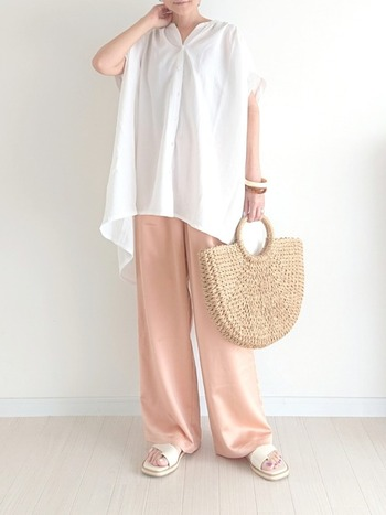 柔らかな質感のサテンパンツでコーデに変化を。パンツならピンク×白でも甘くなりすぎません。