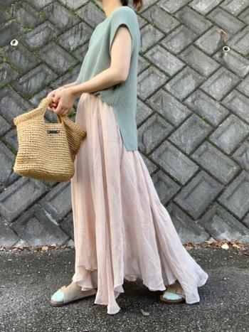 ランダムな裾が可愛いピンクのスカート。くすみピンクなので甘くなりすぎません。トップスにもくすみカラーをチョイスして、大人っぽいコーデに。