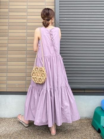 一見子どもっぽくなりそうなティアードワンピも、紫がかった大人ピンクなら着こなしやすい。バックコンシャスなデザインがかわいらしいコーデです。