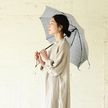 中川政七商店|シャツ地で作った晴雨兼用傘 薄墨  シャツ地で作られた傘は、シンプルナチュラルなコーデとの相性ぴったり。絶妙なグレーカラーが上品な印象です。