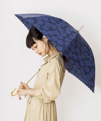 Wpc.|雨傘 フラワーレース  黒×紺の絶妙な色合いと、可愛らしい花柄が上品レトロな傘。レースになった裾部分がフェミニンな雰囲気です。花柄がいいけど可愛すぎるのは嫌!という人にもおすすめ。