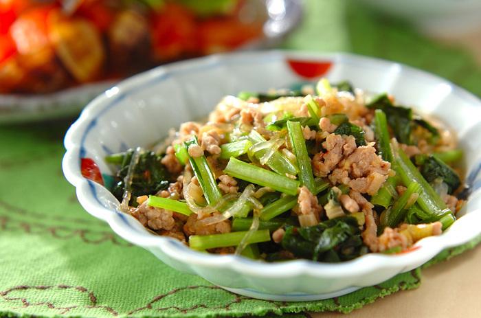 豆板醬がきいた豚ひき肉のマーボーは、ご飯によく合う中華のピリ辛おかず。小松菜のシャキシャキ食感と味がしみた春雨のつるつる感がたまりません。