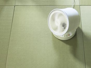 コロナの感染予防のひとつとしてお部屋の換気が推奨されていますが、サーキュレーターや扇風機を使うことでお部屋の空気の入れ替えを効果的に行うことができます。特にサーキュレーターは、直線的に進む強めの風が特徴なので、窓の外に向けて使うことで、室内の空気を外へ押し出してくれる効果があります。