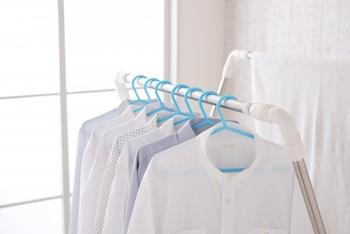 梅雨時や天気の不安定なときに洗濯物を部屋干しすることってありますよね。そんなとき、うまく乾かなかったり、生乾きの臭いがしたりすることってありませんか?サーキュレーターや扇風機を活用することで、そんなお悩みも解消できるんです!部屋干しのコツは、「風の通り道をつくる」こと。首の角度が調節できるサーキュレーターの場合、洗濯物の真下から風をあてるのがおすすめ。扇風機の場合は首振りにしてまんべんなく風が当たるようにしましょう。