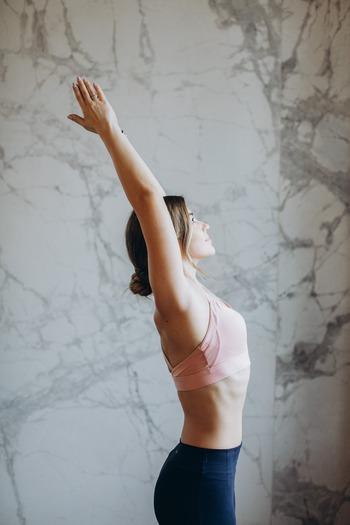 体内を巡るリンパ液は、老廃物を排出する働きがあります。脇の下にはリンパ管が集まったリンパ節があるため、ここが詰まると老廃物が溜まりやすくなってしまいます。詰まった状態が続くと脂肪がつきやすくなってしまい、脇のもたつきの原因につながることも。またサイズが合わないブラジャーは、その圧迫で血行不良やリンパの詰まりの原因になりかねないので、自分に合ったサイズの下着をつけることも大切です。