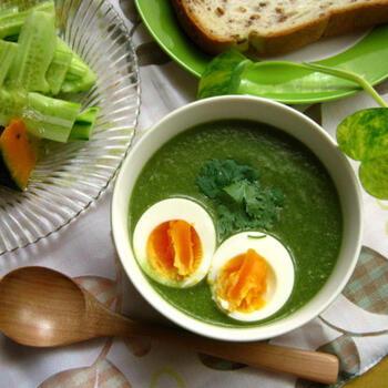 小松菜をメインに野菜をミキサーでペースト状にした、鮮やかなグリーンのエスニックカレーです。クミンなどのスパイスを加えつつも、豆乳でマイルドに仕上げています。ゆで卵をトッピングすれば、コントラストが美しいひと皿に。