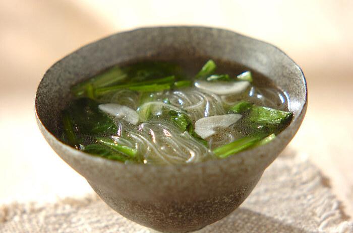 小松菜と春雨を使ったスープ。ごま油とにんにくをプラスして、コクをプラスしています。チャーハンなどに添えて出せば、バランスの良い献立になりますよ。