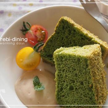 抹茶よりも明るいグリーンの小松菜シフォンケーキは、豆乳クリームを添えてヘルシーに♪おやつもからだにいいものだと嬉しいですよね。