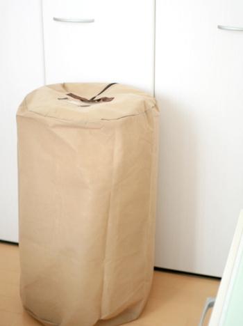 「折りたたんで重ねる」イメージの強い布団収納ですが、こんな収納袋を使えば、立てて収納もできます!一人暮らしなど、収納スペースが限られている人にはこちらが使いやすいかも。