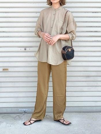 シャツ&パンツをアースカラーでまとめたナチュラルスタイル。透け感や光沢感、質感の妙もあって、奥行きある大人の魅力を感じさせます。
