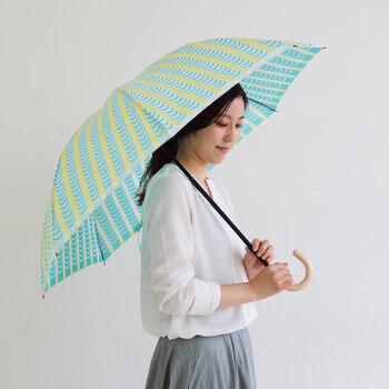 スティグ・リンドベリ 甲州織の折り畳み傘〈ドレープ〉イエロー  スウェーデンの巨匠デザイナーと甲州織がコラボした、目に鮮やかな一本。柄を織りで表現することで、鮮やかでキュートなのに大人の上品さが感じられます。