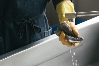 調理後は、スポンジと洗剤を使って洗います。金属製のスポンジや研磨剤の入ったクレンザーなどは避けてください。また、食洗機は洗剤による変色が現れることもあるので望ましくないようです。