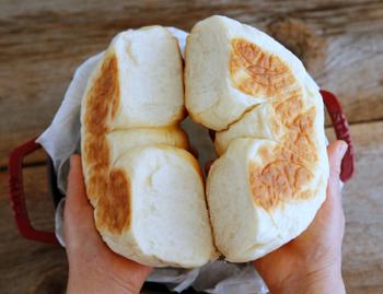 熱伝導率の高いストウブを使って、両面焼きの手作りちぎりパンが作れます。ふっくらできたては格別。お好みのジャムと一緒にいかがでしょうか?