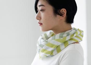 手ぬぐいはスカーフとしても万能。巻き方次第で雰囲気がガラリと変わります。コーデのポイントとしてはもちろん、汗取りや日焼け防止、保冷剤を入れて熱中症対策としても。