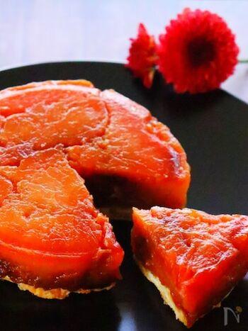 フランスの伝統的なお菓子、タルトタタン。真っ赤な紅玉りんごが手に入りそうでしたら、ぜひ作ってみてはいかがでしょう。  りんごを丁寧に煮込んで、きれいな色に染まったら、あとは市販のパイシートで焼き上げるだけ。できたての熱々のタルトタタンにバニラアイスを添えていただいても、美味しいですよ*
