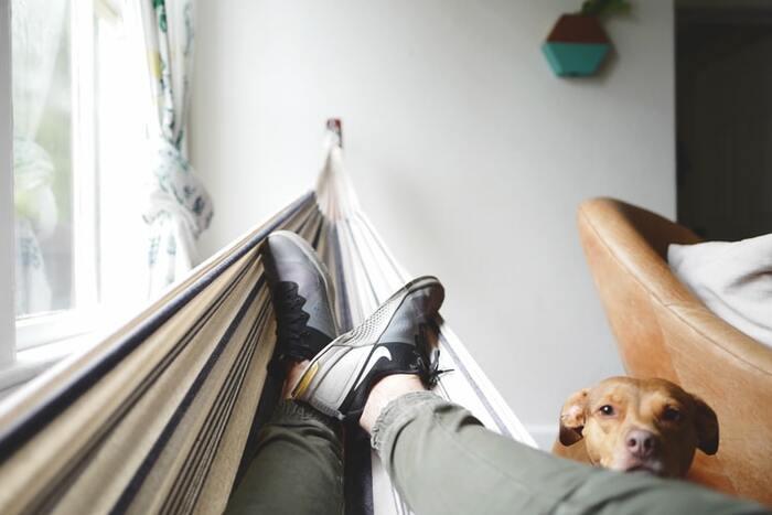 立っていても座っていても、長時間同じ姿勢でいると足の血行が悪くなり、むくみやすくなります。休憩中に足を水平より高くするだけでも血行の改善に効果的です。