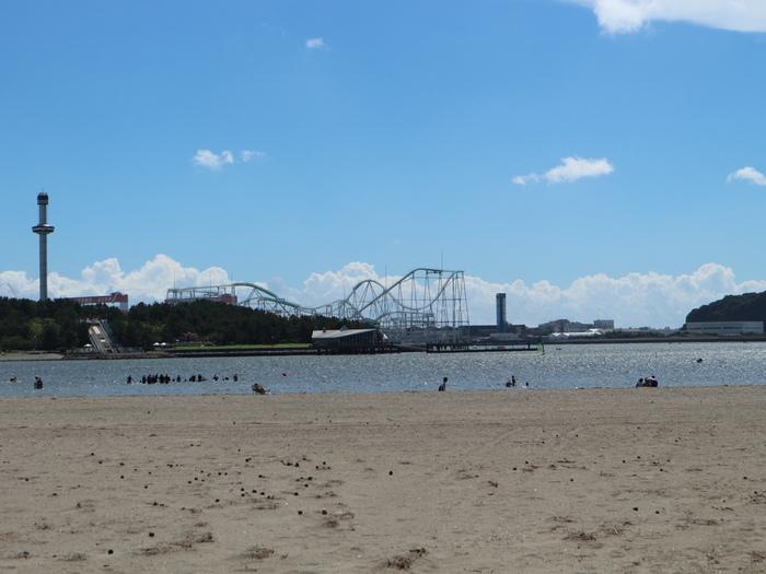 砂浜におりて歩くのも気持ち良いですね。夏は海水浴場(2020年は中止)ができたり、潮干狩りができたりとレジャーも楽しめます。向こうに見えるのは横浜八景島シーパラダイス。レジャーシートを敷いてのんびり過ごすのもおすすめです。