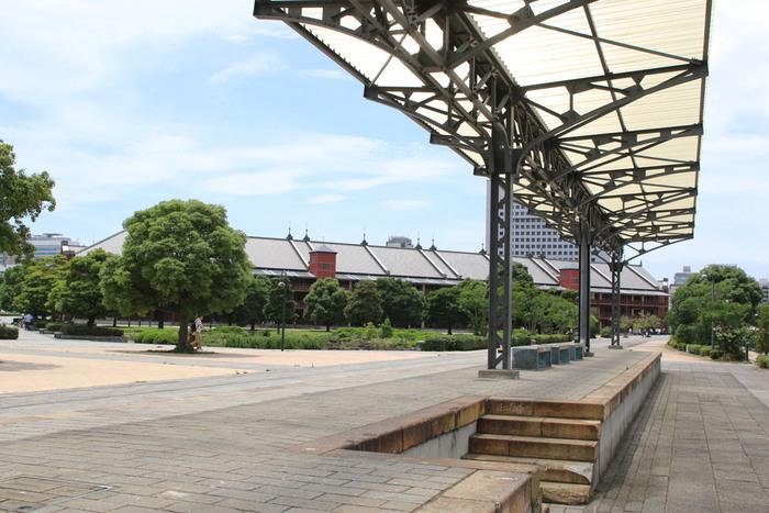 大さん橋からさらに10分ほど歩くと見えてくるのが「横浜赤レンガ倉庫」。1911年に建てられた倉庫が2002年にリニューアルされ、カルチャーやショッピング、グルメが楽しめるスポットとしてよみがえりました。施設内の営業は10時以降になりますが、敷地内は朝からお散歩できますよ。