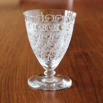 【オールドバカラ シャトーブリアングラス】  上に向かって口が広がるフォルムが美しいシャトーブリアンという名のグラスです。1936~1940年代に製造されたもので、現行品よりも深い彫りがエレガントで繊細な印象を生み出しています。