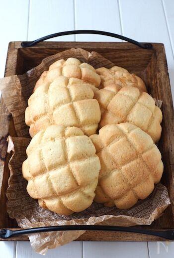 難しそうなメロンパンも、発酵なしレシピでラクラク作れます。焼けるときの甘い香りと、外はサクっ中はふわふわの食感を楽しめます。