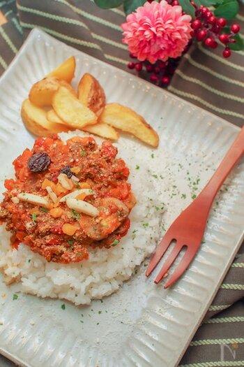 トマト缶を入れてさっぱりと仕上げるレシピ。クミンとコリアンダーのほか、カレー粉も使います。辛み成分が少なめなので食べやすい味です。