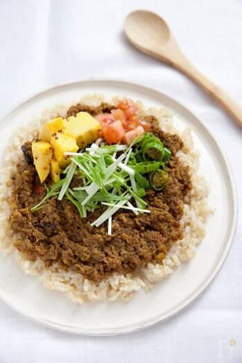 ひき肉で作るキーマカレーは、スパイスを混ぜこみやすくて初心者さんにおすすめ。スパイスを油で炒めるので香り高い仕上がりになります。ガラムマサラ、梅ジャムを加えて、個性的な味わいに。