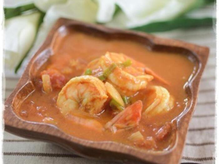 スパイスは魚介類とも相性◎! スパイスをたっぷり使いますが、一つの鍋で炒めるところから煮るところまで全部できるので、楽チンですよ。生クリームを仕上げに入れて、まろやかに。