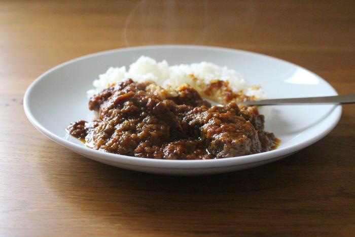 カレー粉はスパイスの調合をしなくていいので気軽に使えます。牛肉たっぷりの煮込みカレーもお手の物です。赤ワインや白ワインも加えて、コトコト煮込むことで本格的な味わいになりますよ。