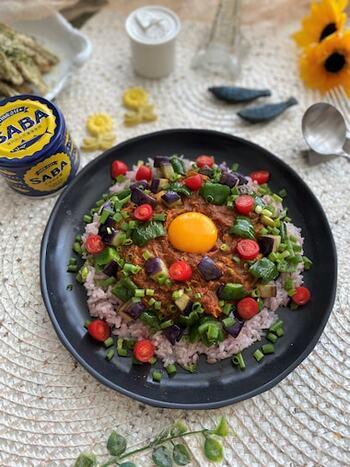 カレー粉のほか、クミンやガラムマサラも加えることで、香り高くスパイシーに仕上がります。サバ缶は調理しやすく、カレーの風味にマッチします。野菜もたっぷりと取ることができます。