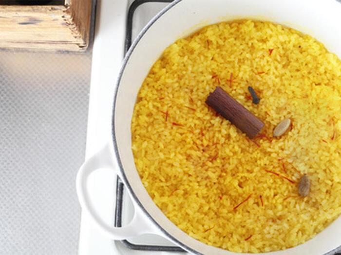 カレーの味わいをさらに高めてくれるサフランライス。サフランは、「サフラン」という花のめしべで、赤色をしていますが、ご飯に入れて炊き込むと黄色く仕上がります。このレシピでは、カルダモンやクローブも加えて、さらに複雑な香りを楽しめる仕上がりとなります。